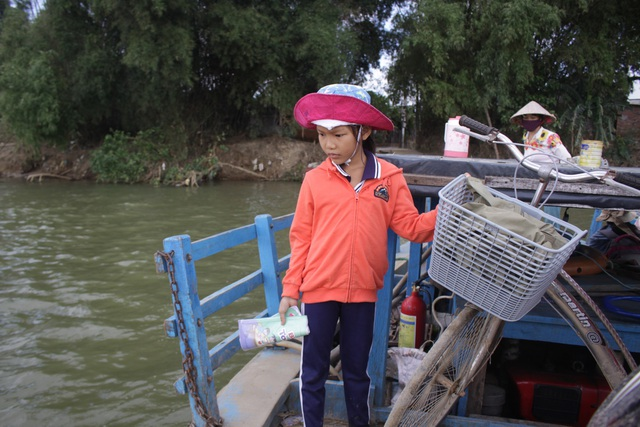 Nét mặt lo lắng mỗi khi qua sông đến trường của những học sinh nhỏ tuổi