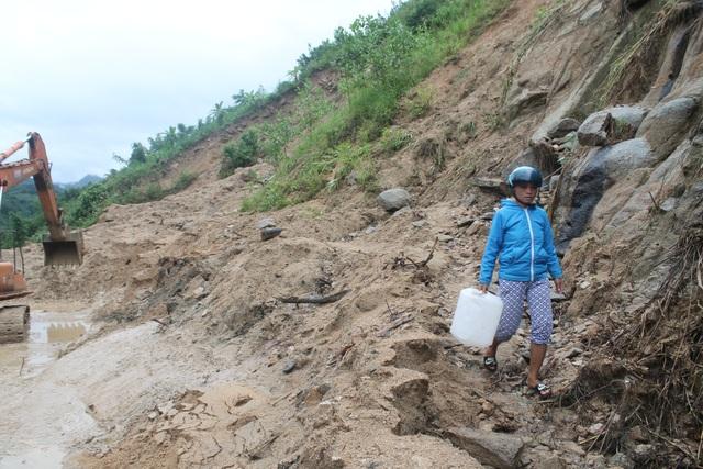 Người dân xã Trà Xinh chấp nhận nguy hiểm đi qua đoạn đường đầy bùn đất