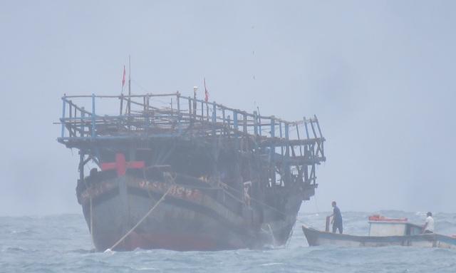 Tàu QNa 94097TS của ngư dân Hoàng Văn Thơ được lai dắt về cảng Lý Sơn (tỉnh Quảng Ngãi) an toàn. (Ảnh V.Mịnh)
