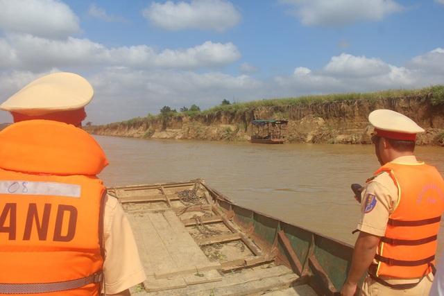 Khi lực lượng chức năng đi kiểm tra, trên sông không có một chiếc thuyền khai thác cát