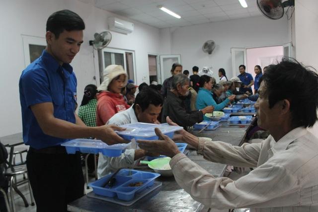 Hoạt động phục vụ người nghèo tại quán cơm Nụ cười sông Trà do các bạn đoàn viên, thanh niên phụ trách