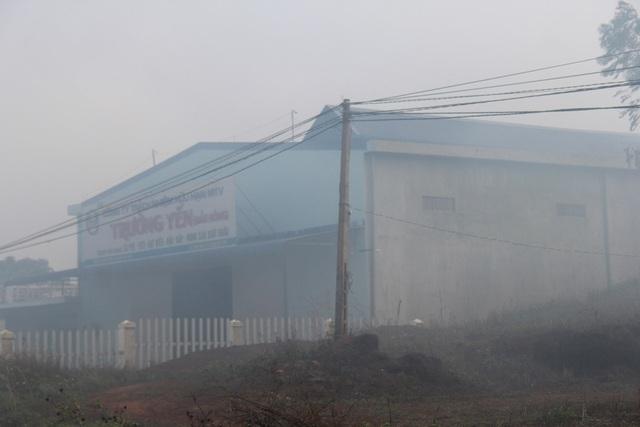 """Nhiều lò sấy hoạt động 24/24 khiến người dân như bị """"tra tấn"""" bởi khói bụi (ảnh chụp lúc 7h sáng)"""