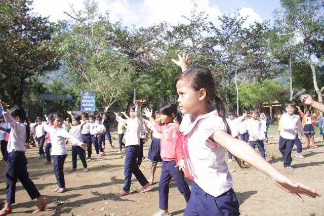Hàng trăm học sinh hăng say luyện tập
