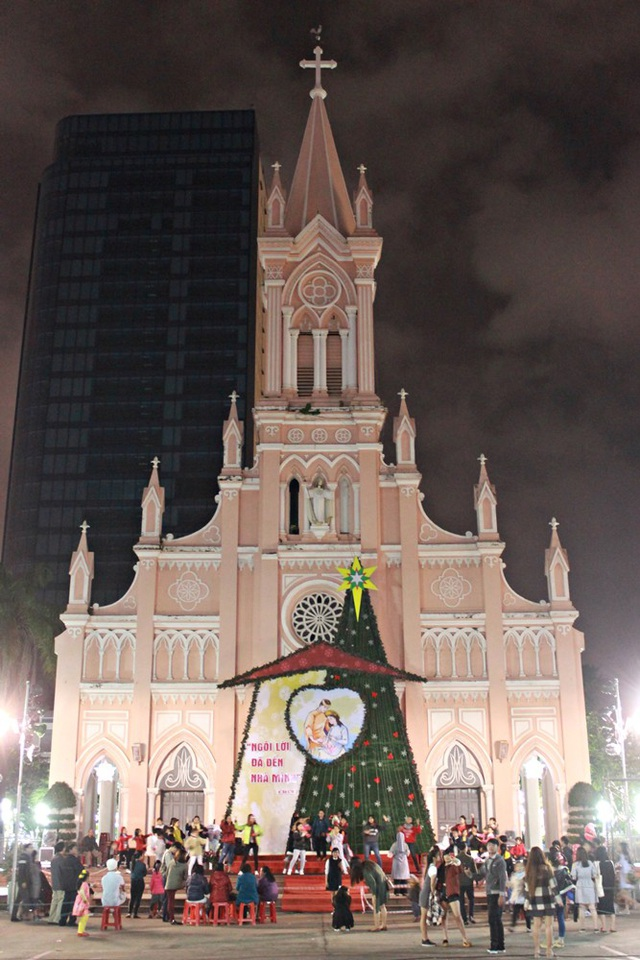 Nhà thờ Chính Tòa được trang hoàng lung linh, thu hút rất đông người dân, du khách trước đêm Noel