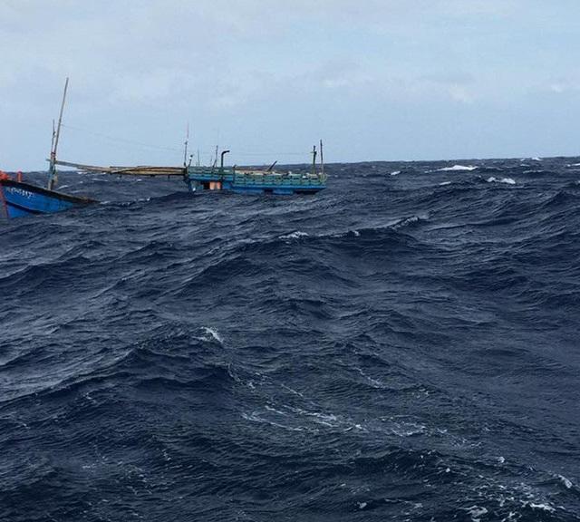 Tàu cá của ngư dân Trần Đức (tỉnh Bình Định) bị sóng lớn đánh chìm ở Hoàng Sa. (Ảnh nhân vật cung cấp)