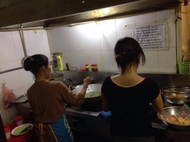 Các món ăn chay chủ yếu do chính tay bà nấu, còn lại hàng ngày vẫn có nhiều bạn sinh viên gần đó, những người có lòng tốt vẫn đến phụ giúp bà nhặt rau, rửa bát.