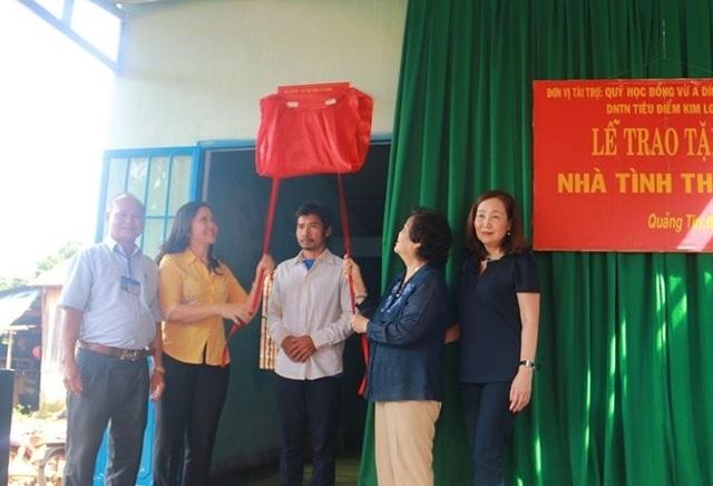 Đoàn công tác của bà Trương Mỹ Hoa tặng 3 căn nhà tình thương cho người dân tỉnh này