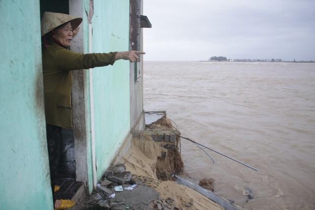 Bà Huỳnh Thị Đây thẫn thờ nhìn nhà cửa, tài sản trôi ra biển