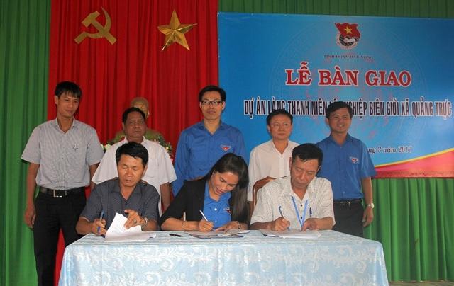 Đại diện chính quyền và Đoàn TNCS Hồ Chí Minh ký kết bàn giao
