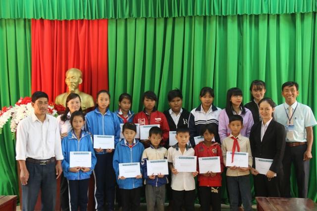 Những em học sinh huyện Đắk G'Long được nhận học bổng lần này