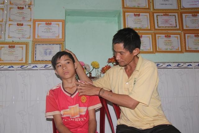 Một năm sau ngày phát hiện bệnh, gia đình Minh mới có đủ điều kiện đưa em đi cắt bỏ tuyến giáp