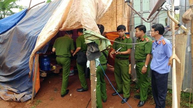 Lực lượng chức năng khám nghiệm hiện trường nơi xảy ra vụ án
