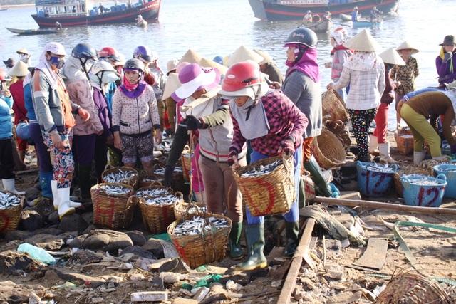 Lộc biển đầu năm giúp nhiều phụ nữ miền biển có thêm thu nhập.
