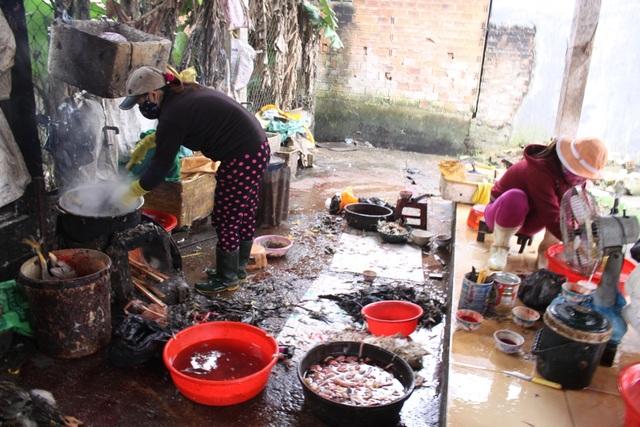 Hoạt động giết mổ gia cầm tại chợ Ông Bố khó xử lý trong điều kiện dịch cúm gia cầm diễn biến phức tạp.