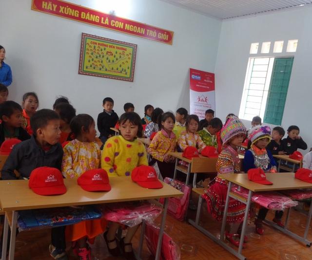 Các em học sinh được học tập trong lớp học sạch đẹp và đạt chất lượng