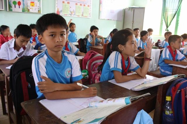 Học sinh phải gác sách giáo khoa lên ghế, đặt cặp sau lưng vì bàn học có diện tích quá nhỏ.