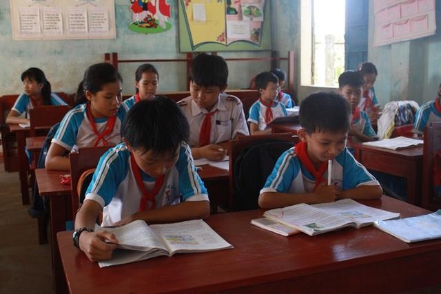 Cứng nhắc theo quy định và chưa quan tâm đến thực tế lớp học khiến việc thay bàn ghế mới cho học sinh tại Quảng Ngãi chưa hiệu quả.