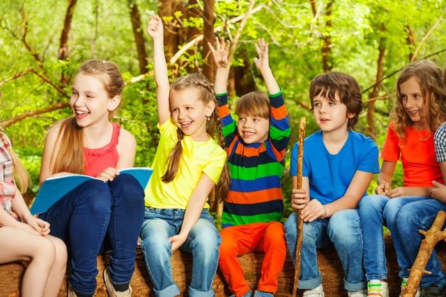 Các bé vừa học vừa chơi trong các khóa hè.