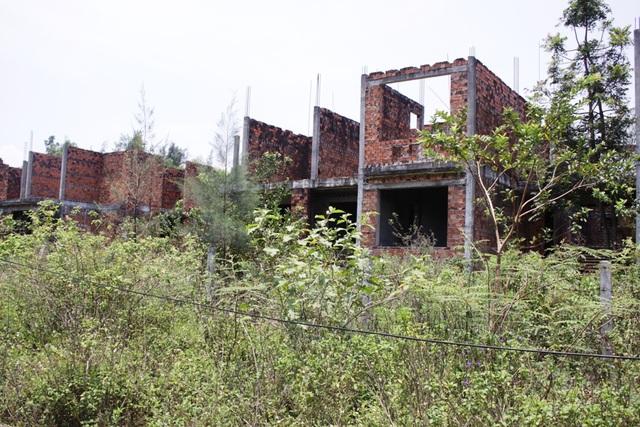 Nhiều dự án nhà ở nằm ở vị trí đắc địa đang biến thành nhà ma gây lãng phí quỹ đất.