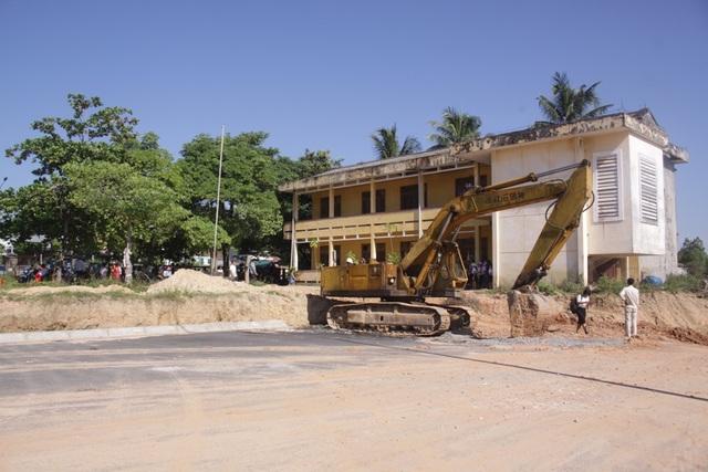 Công trình giao thông trong khu công nghiệp Tịnh Phong đã được thi công đến sát mép trường tiểu học thôn Thế Long.