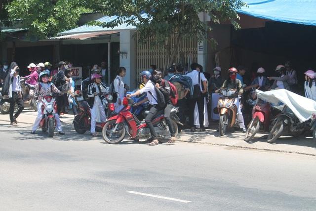 Học sinh đi xe máy phân khối lớn vẫn không đội mũ bảo hiểm.