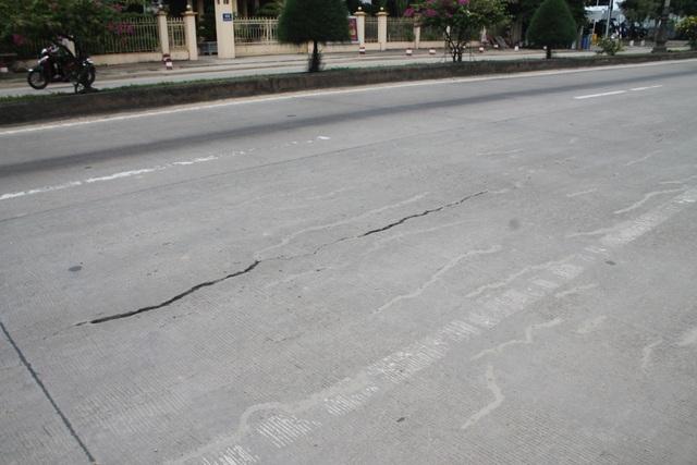 Vết nứt kéo dài hàng trăm mét trên mặt đường