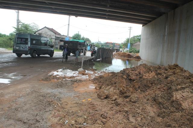 Ao nước được đơn vị thi công cầu vượt đường cao tốc Đà Nẵng - Quảng Ngãi che chắn tạm bợ