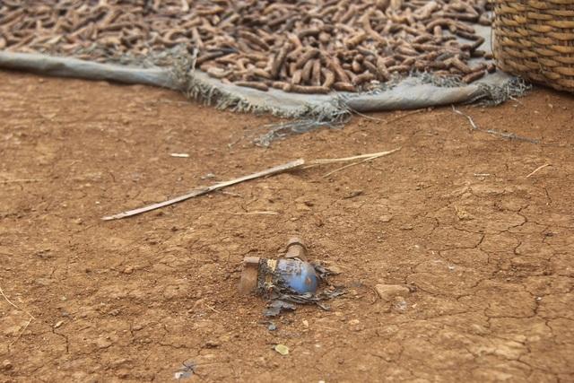Chiếc đồng hồ nước duy nhất còn sót lại nằm trơ trọi trên nền đất