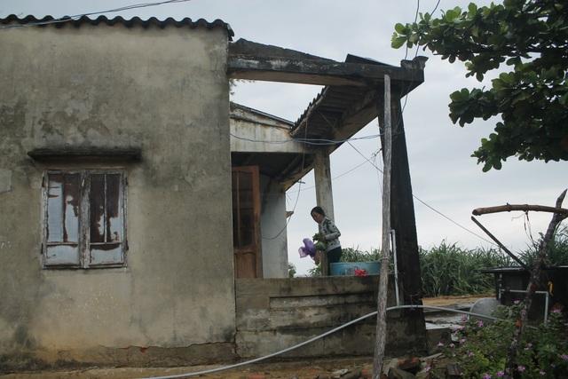 Bà Nguyễn Thị Trí phải sống trong căn nhà chờ sập suốt nhiều năm qua