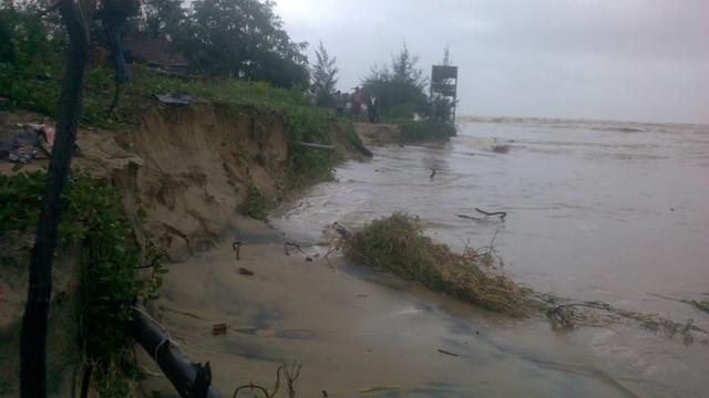 Bờ biển bị sạt lở kéo dài 300 m, ăn sâu vào đất liền có nơi lên đến 200 m