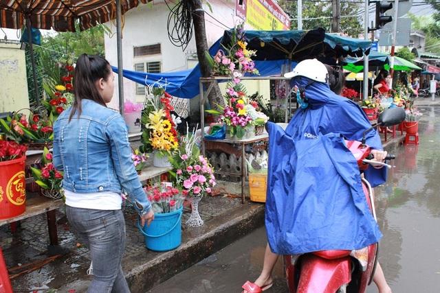 Khách mua hoa rải rác chỉ có vài người.