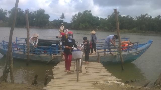 Nhiều phụ huynh phải đưa con sang sông mỗi ngày