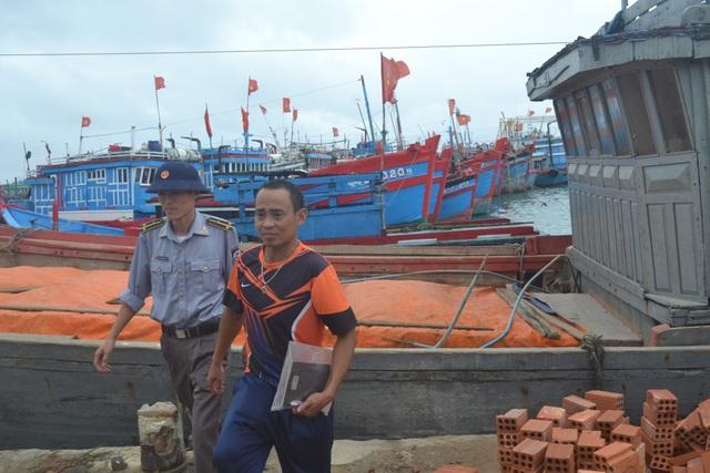 Chủ tàu kiêm thuyền trưởng Hoàng Văn Thơ vui mừng khi được tàu kiểm ngư ứng cứu. (Ảnh V.Mịnh)
