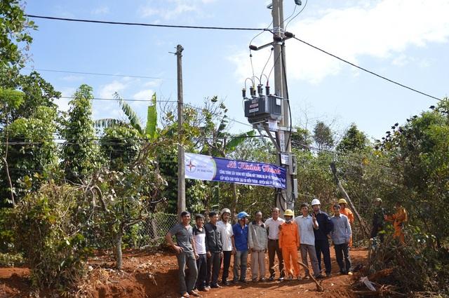 Điện Nhà nước đã về với người dân hai thôn 2 và 3 xã Kiến Thành