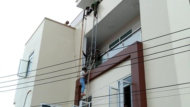 Lực lượng chức năng phải dùng thang để giải cứu người mắc kẹt trong đám cháy