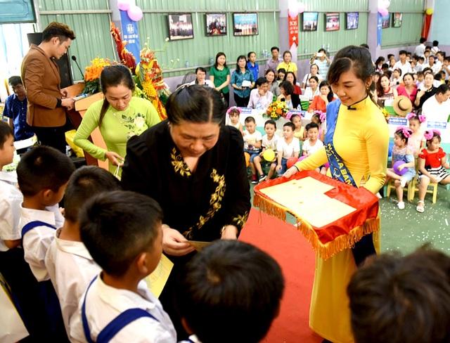 Mặc dù trời mưa nhưng rất đông các em thiếu nhi đến hòa chung niềm vui trung thu tại Nam A Bank Lâm Đồng.