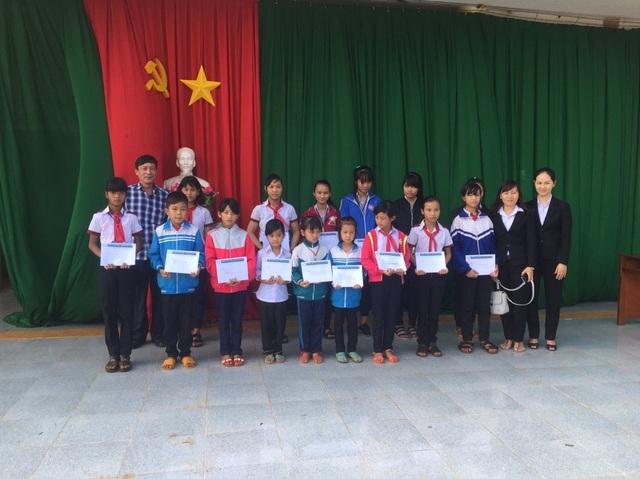 Niềm vui nhận học bổng của học sinh huyện Đắk Song