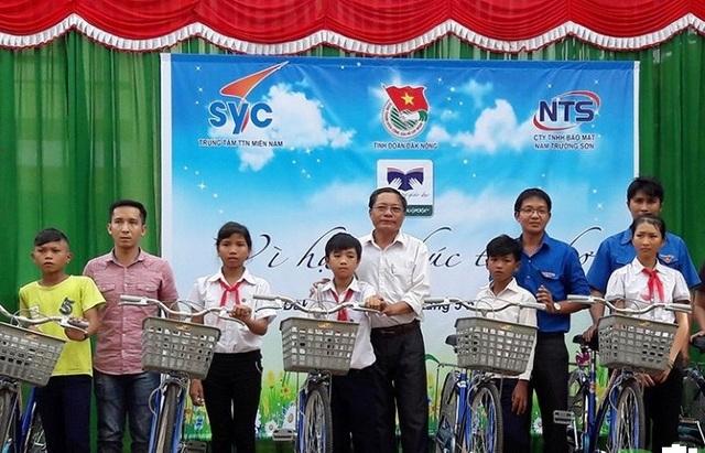 Cùng ngày 400 suất quà và 10 chiếc xe đạp cũng được trao đến học sinh nghèo vượt khó huyện Krông Nô