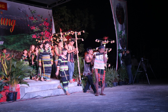 Tiết mục diễn tấu cồng chiêng và nhạc cụ dân tộc