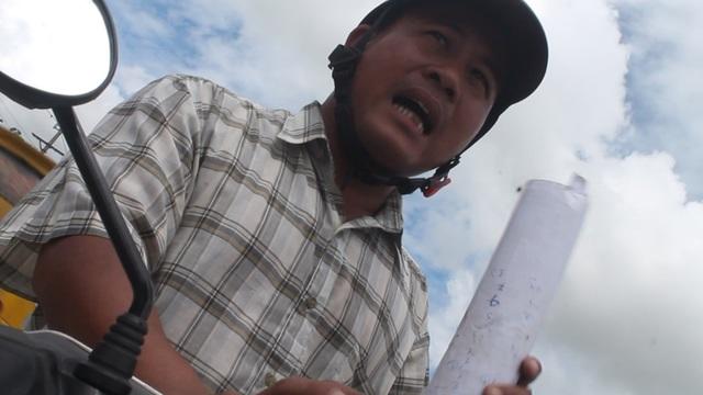 Người đàn ông lạ mặt ngăn cản, đe dọa đập phương tiện tác nghiệp của phóng viên