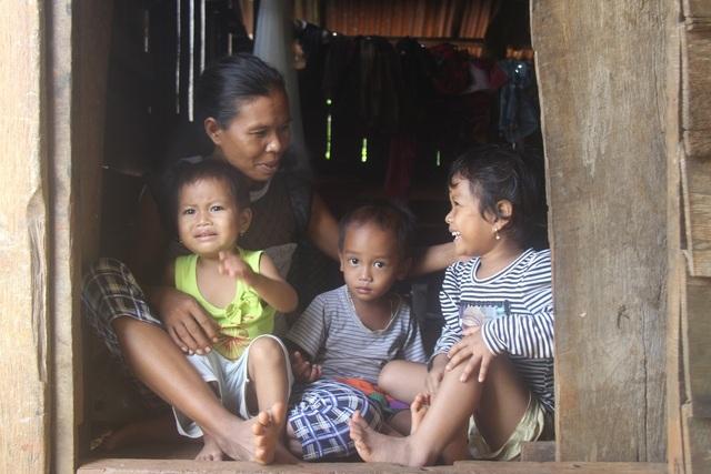 Tuy nhiên, nhà mẹ đẻ cũng nghèo khó nên không thể giúp đỡ H'Tô điều trị tiếp