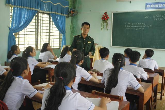 Ngoài thời gian thực hiện nhiệm vụ, cán bộ, chiến sĩ đồn Biên phòng Đức Minh còn trở thành những thầy giáo trên bục giảng.