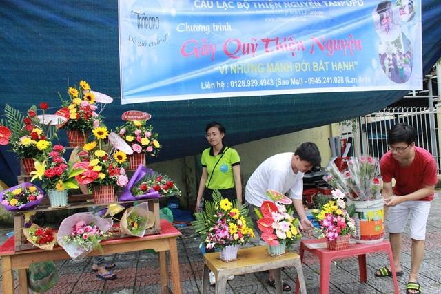 Nhiều bạn sinh viên vô cùng buồn bã vì hoa ít người mua