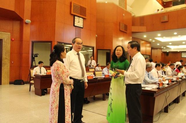 Bí thư Nguyễn Thiện Nhân trao đổi với đại biểu bên lề hội nghị
