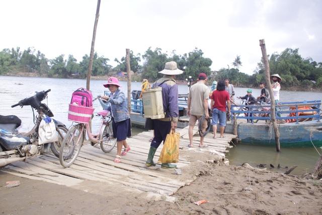 Người dân xóm 9, thôn Đông Yên mong ước sớm có chiếc cầu để thoát cảnh lụy đò nguy hiểm vào mùa mưa lũ