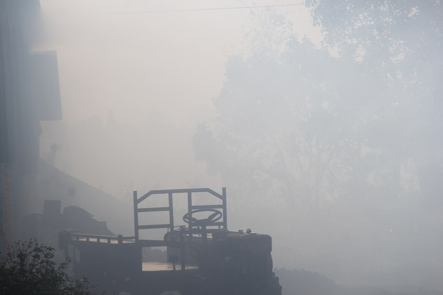 Khoảng 8h sáng, khói vẫn dày đặc che khuất tầm nhìn, ảnh hưởng tới giao thông