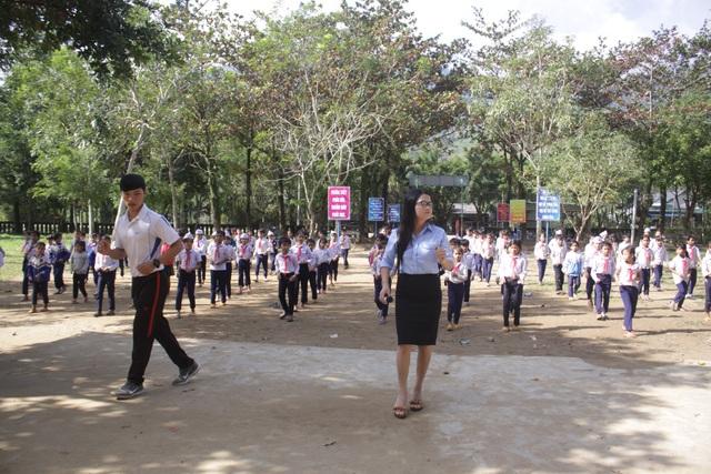 Hoạt động nhảy Cha cha cha có sự tham gia của các thầy cô giáo