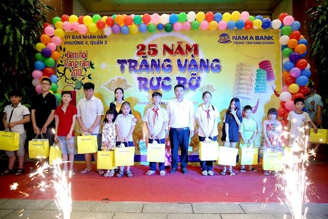 Các em nhỏ hân hoan nhận những món quà trung thu từ Nam A Bank.