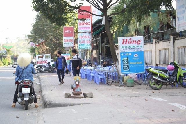 Nhiều quán nhậu lấn chiếm vỉa hè trên tuyến đường Phạm Văn Đồng, trong suốt nhiều năm qua.