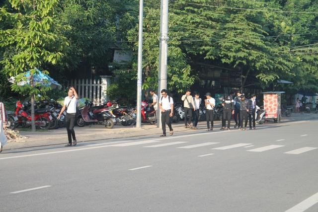 Điểm giữ xe máy cách cổng trường THPT Lê Trung Đình khoảng 100m.